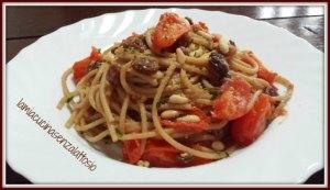 spaghetti uvetta e pinoli