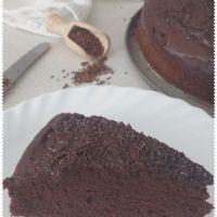 Torta soffice al cacao, glassata - senza lattosio e senza uova - vegana